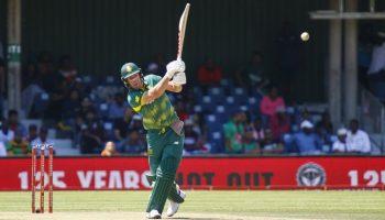 वनडे में इन बल्लेबाजों ने आखिरी गेंद पर छक्का लगाकर पूरा किया शतक